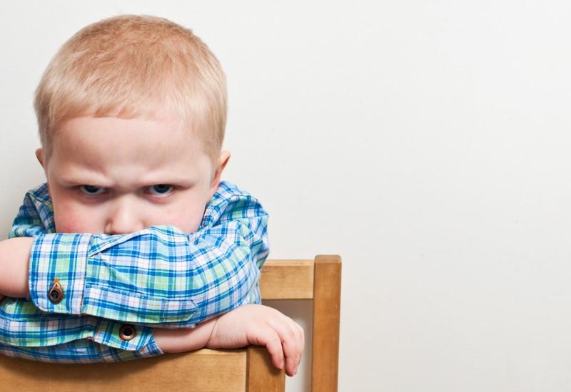 niño enfadado disgustado